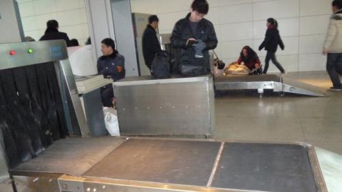 安检机在车站过包检测