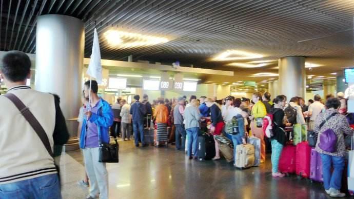 旅客们在排队过安检