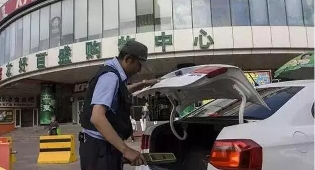 购物中心前停车位手持安检仪检查
