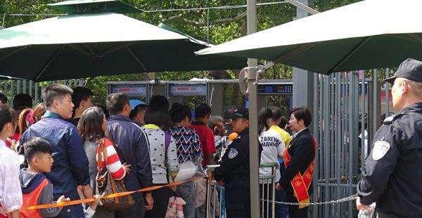 旅客正在排队过安检