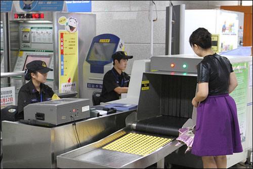 安检机在地铁站的使用