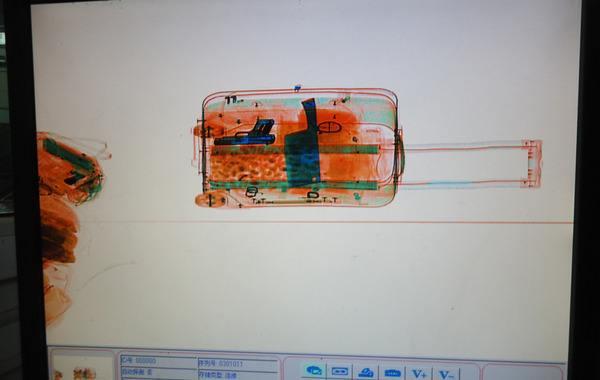 行李箱正在过x光安检机的成像