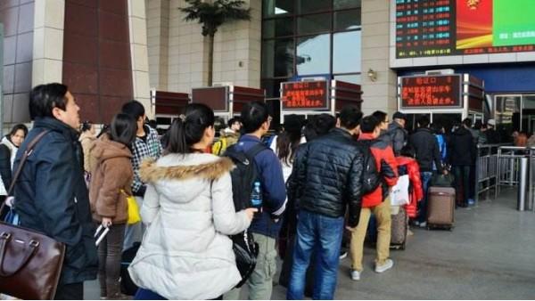 春运车站人多拥挤时还要过安检?