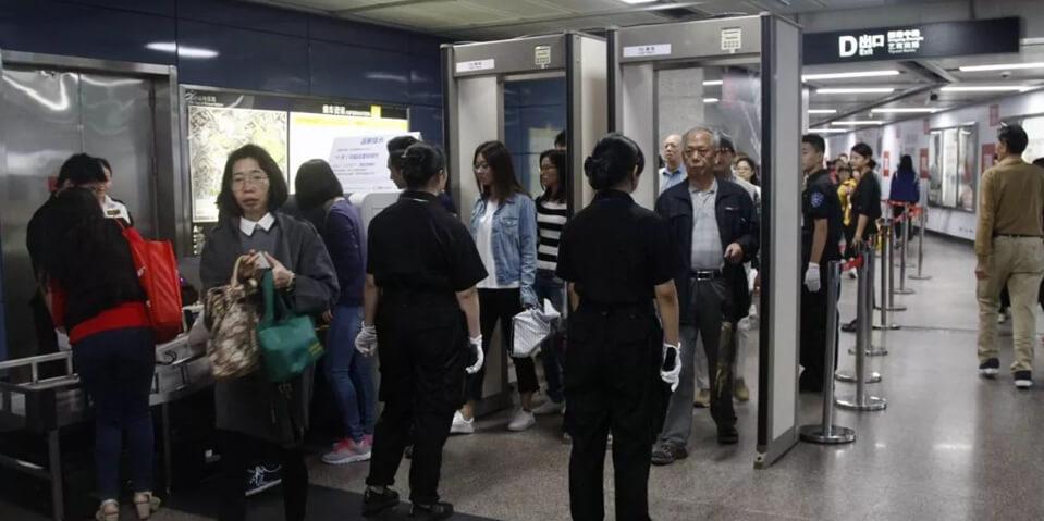 地铁站安装的安检设备