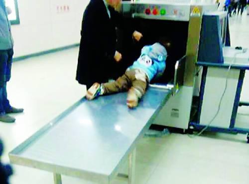 小孩爬在安检机上